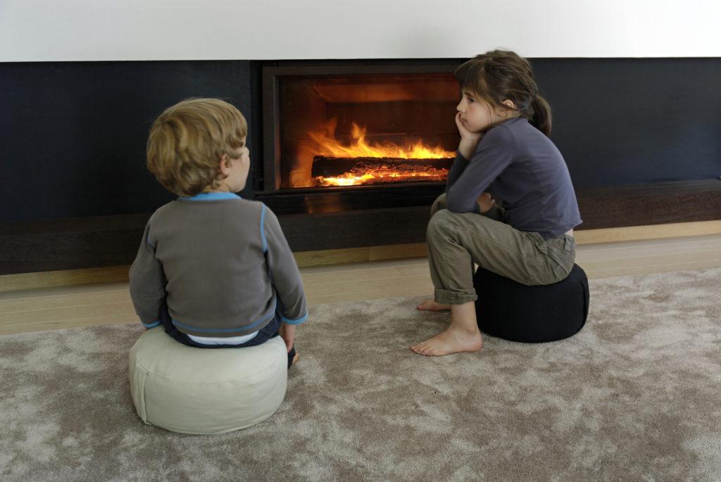 Cheminée bois - Atraconfort - Enfants devant la cheminée - Avantages financiers