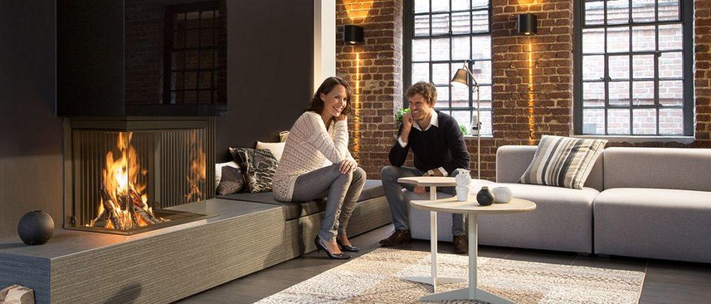 énergie - Illustration foyer et personnes heureuses dans salon - Atraconfort