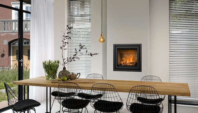 Foyers ou inserts - Insert dans maison contemporaine au milieu du mur devant table de salle à manger - Atraconfort